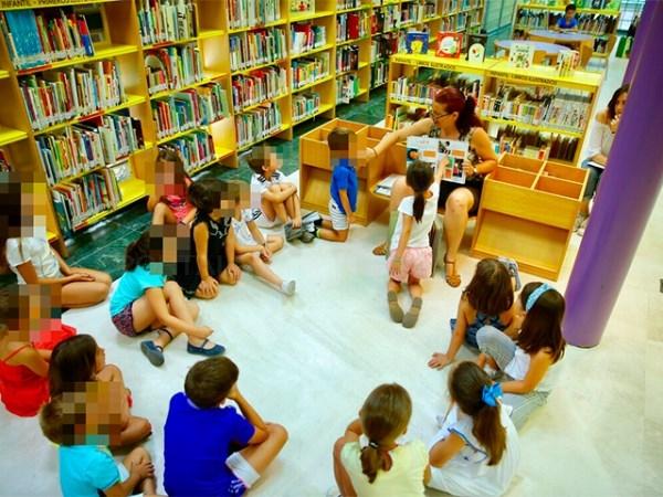 De la Uz visitó los talleres infantiles de verano que se están celebrando en las bibliotecas municipales.
