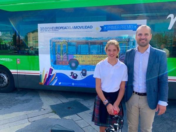 Los dibujos de dos alumnos majariegos viajarán por la ciudad en un bus de la L1