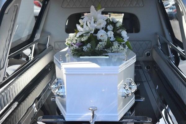 Cómo enviar flores a tanatorios de Madrid