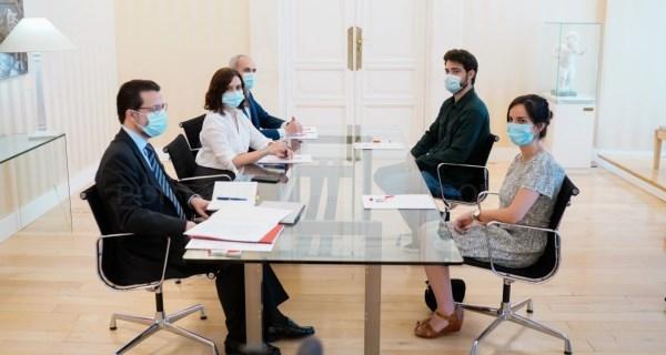 Díaz Ayuso se reúne con representantes de los MIR para abordar sus reivindicaciones laborales
