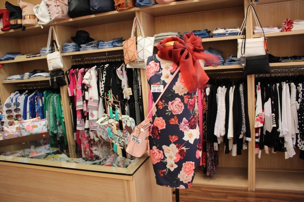 Variedad de fulares, cinturones,camisas de mujer