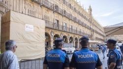 Comienza la retirada del medallón de Franco de la plaza Mayor de Salamanca