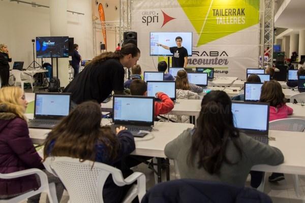 La población de Euskadi dedicó en 2018 más tiempo al trabajo y formación y al cuidado personal