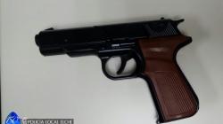 Reducen a un hombre que amenazó a los clientes de un bar con un arma de juguete