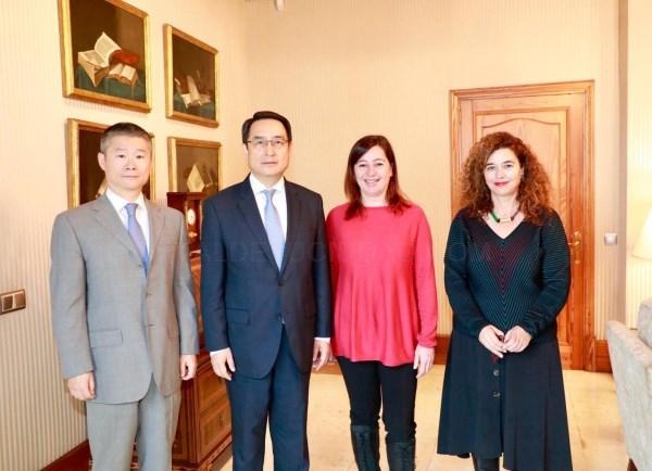 La presidenta Armengol con el embajador de la República Popular China en España, Lyu Fan