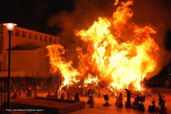 Almendralejo (Badajoz) celebra la Fiesta de las Candelas con 85 hogueras en sus calles