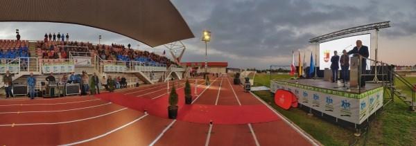 Villafranca de los Barros celebra la reapertura de su pista de atletismo que, con ocho calles, ha sido homologada a nivel nacional.