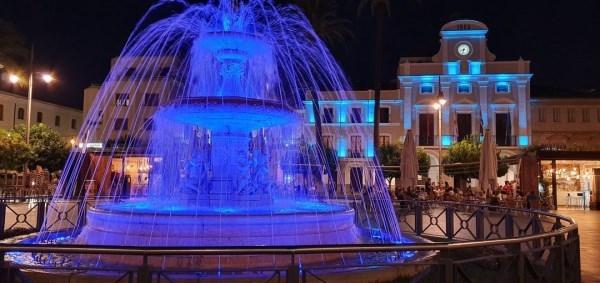 La fachada del Ayuntamiento y la fuente se iluminarán el miércoles de azul y púrpura por los enfermos de Huntington