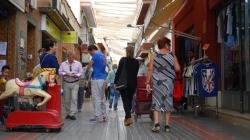 Los comerciantes del centro de Dos Hermanas sacan a la calle todo su arsenal