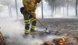 La evolución del tiempo impide avances en las labores de extinción del incendio de Moguer