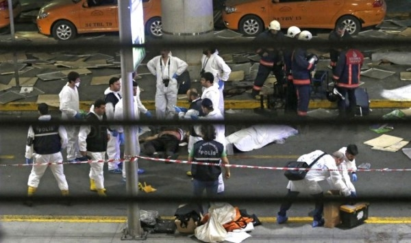 DOS EXPLOSIONES CAUSAN DECENAS DE MUERTOS EN EL MAYOR AEROPUERTO DE ESTAMBUL