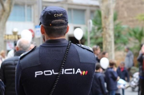 Un Policía Nacional fuera de servicio detiene a un hombre que estaba robando en el interior de un vehículo en Entrenúcleos