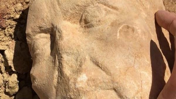 LA CANTANTE INDIA MARTíNEZ HALLA UN BUSTO DE UNA DIOSA EGIPCIA DEL S. II