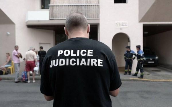 UN AGENTE DE LA POLICíA JUDICIAL, JUNTO AL EDIFICIO DONDE HAN MUERTO CINCO MIEMBROS DE LA MISMA FAMILIA EN PAU (FRANCIA). GAIZKA IROZ AFP