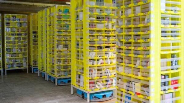 Una caja de rotuladores, primer paquete que sale del nuevo centro logístico de Amazon en Dos Hermanas