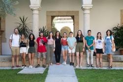 Isabel Gil Rosiña recibe a los integrantes del Campo de Voluntariado Juvenil 'Art Brut'