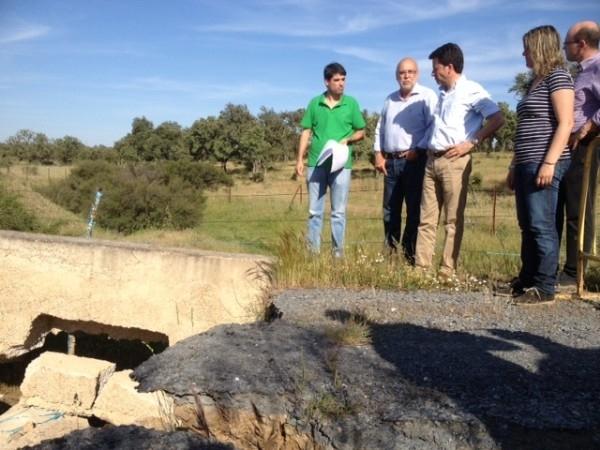 El consejero Echávarri visita caminos en Torrejoncillo y mantiene un encuentro con agricultores y ganaderos de la zona