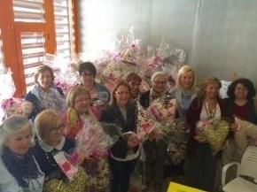 Voluntarias de la Casa del Mayor realizan un centenar de cojines en forma de corazón para mujeres operadas de cáncer de mama