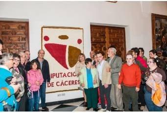 Usuarios de PLACEAT obsequian a la Diputación con un tapiz elaborado en su taller de Confección