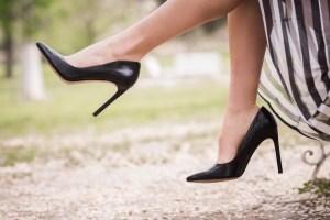 La Clínica Podológica de la UEx advierte de los peligros del uso de zapatos de tacón.