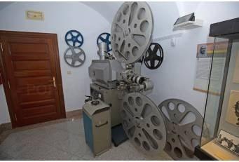 """La Diputación expone, en el Museo Pedrilla, un proyector cinematográfico de """"la edad de oro"""" del cine en Cáceres."""