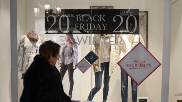 UN COMERCIO ANUNCIANDO DEL BLACK FRIDAY
