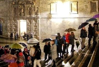 Largas colas en el primer día de apertura de la Puerta Santa