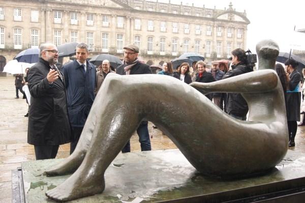 Pasear polo Obradoiro admirando a obra de Henry Moore