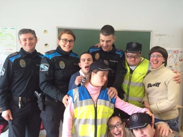 A policía local de Santiago ensina seguridade vial a mozos da Fundación Down