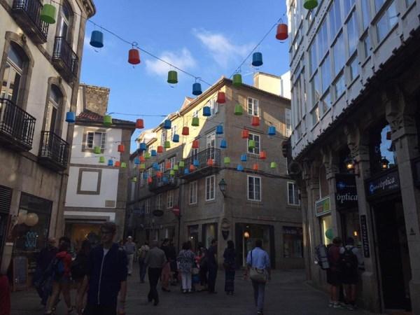 Os caldeiros decoran o ceo da zona vella de Santiago