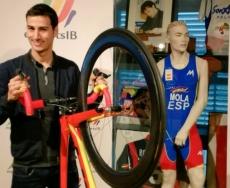 El triatleta, Mario Mola, entrega su bicicleta con la que se proclamó campeón del mundo para la colección museística de la Dirección G. de Deportes