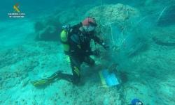 Els GEAS de la Guàrdia Civil recuperen una xarxa de pesca abandonada en la qual hi havia dos tortugues marines atrapades