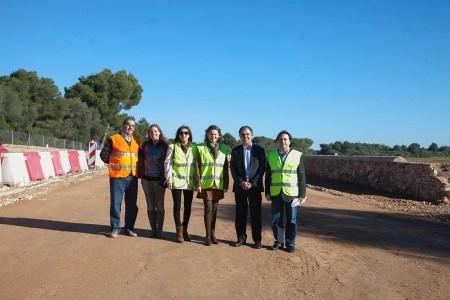 María Salom visita las obras del carril cero que se construye en la rotonda de Cala Blava