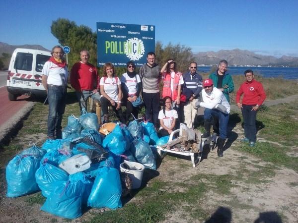 Una decena de voluntarios de la Cruz Roja limpia la línea litoral de s´Albufereta