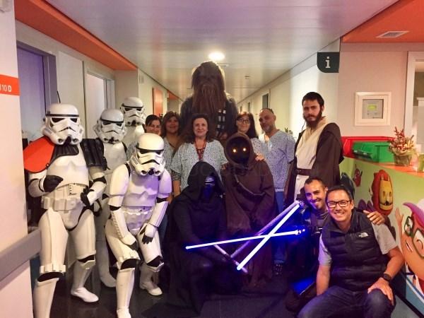 El universo de Star Wars visita a los niños de la planta de Pediatría de Son Espases