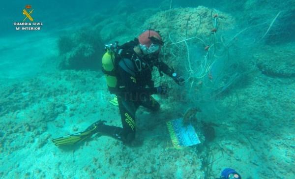 Los GEAS de la Guardia Civil recuperan una red de pesca abandonada en la que había dos tortugas marinas atrapadas