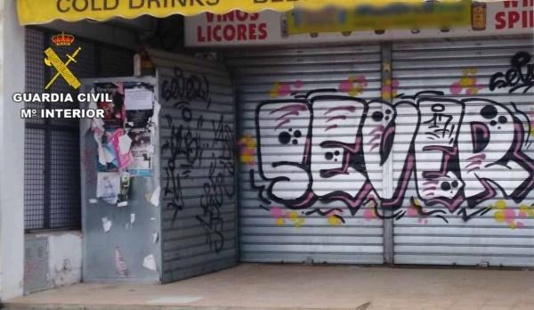 Detienen a tres jóvenes por la realización de grafitis en las puertas de 25 establecimientos del paseo marítimo de Puerto Pollença
