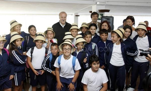 EL SELECCIONADOR NACIONAL DE FúTBOL, VICENTE DEL BOSQUE, ENCIENDE LA XIX ANTORCHA DE LA CONCORDIA EN MONTAñAS DEL FUEGO
