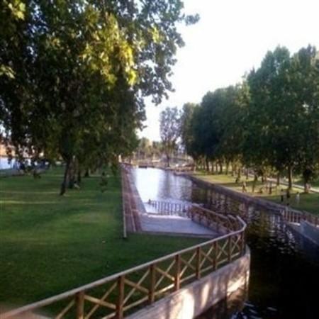La piscina natural del parque fluvial 39 feliciano vegas 39 de for Piscina alcobendas