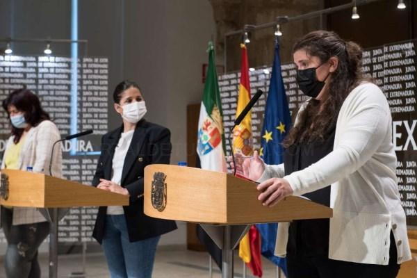 Isabel Gil Rosiña firma un protocolo de colaboración en materia de políticas LGTBI con la Fundación Triángulo y Extremadura Entiende