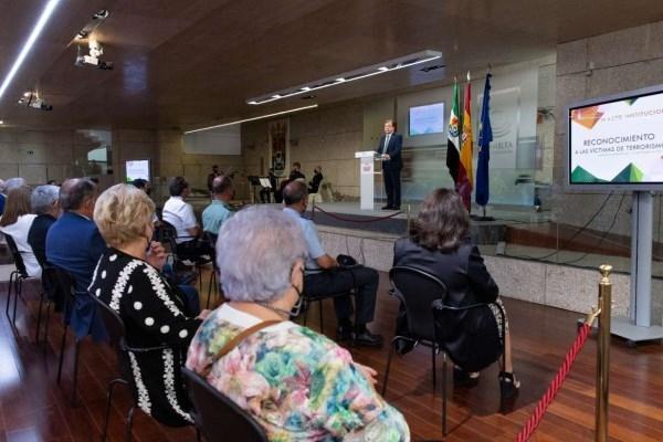 El presidente de la Junta de Extremadura interpela al conjunto de la sociedad para preservar la memoria de las víctimas del terrorismo