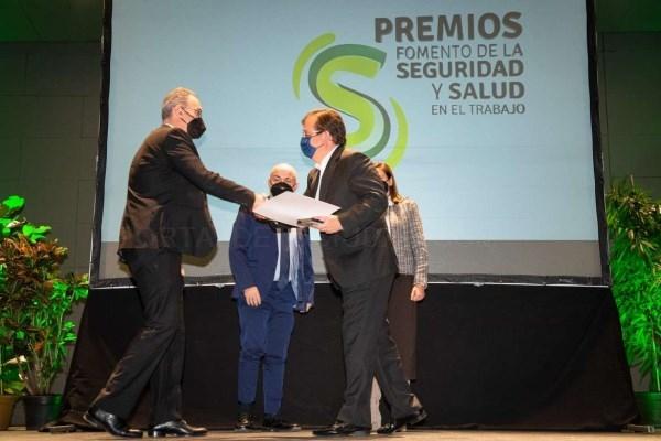 Fernández Vara valora el fomento de la seguridad, la salud y la protección laboral en las empresas