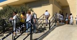 Tarifa: Lazos blancos contra la falta de recursos y el deterioro de la Sanidad Pública