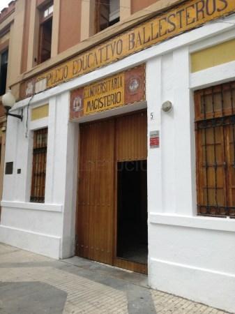 La Línea:  El Ayuntamiento acomete trabajos de adecentamiento en la fachada exterior del Ballesteros