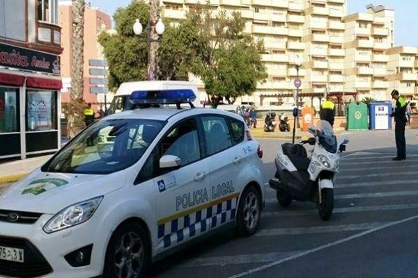 LA LíNEA:  LA POLICíA LOCAL DETIENE A UN INDIVIDUO TRAS SER SORPRENDIDO ROBANDO EN EL INTERIOR DE VARIOS VEHíCULOS EN LA AVENIDA DE ESPAñA