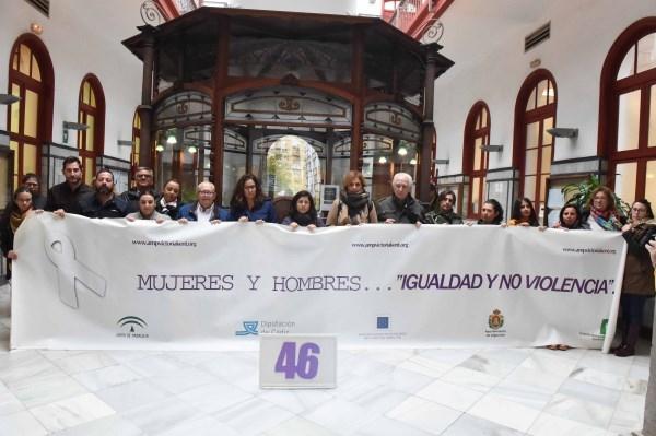 """ALGECIRAS: EL AYUNTAMIENTO ACOGE LA CONCENTRACIóN DE """"VICTORIA KENT"""" CONTRA LA VIOLENCIA DE GéNERO ANTE LA LLUVIA"""