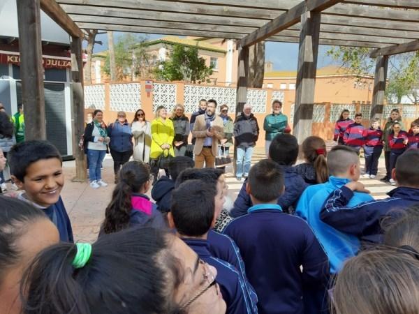 La Línea:  El alcalde participa en la plantación de 28 árboles en el Paseo de La Velada con motivo del Día del Árbol