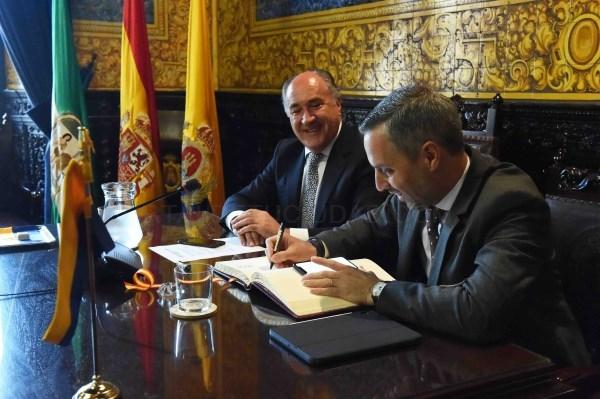 Algeciras: El alcalde recibe al consejero Hacienda, Industria y Energía de la Junta de Andalucía
