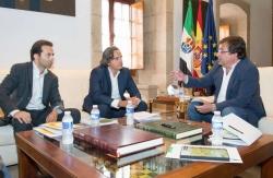 Junta de Extremadura, Guillermo Fernández Vara, se ha entrevistado hoy en Mérida con el presidente de la Asociación Nacional de Productores de Energía