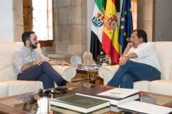 El director de cine Julián Quintanilla presenta al presidente de la Junta un proyecto cinematográfico y su próximo largometraje
